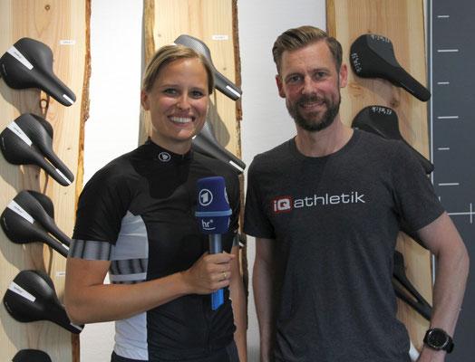 Die sympathische wie sportliche Moderatorin des hr-fernsehen Christiane Schwalm im Gespräch mit Fitting- und Radsportexperte Sebastian Mühlenhoff von iQ athletik.