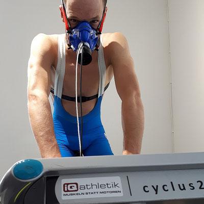 Ready to rumble: Patrick Lange ist startklar für die Leistungsdiagnostik auf dem Fahrradergometer