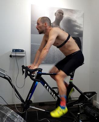 Patrick Lange fährt sich am Ende einer schweißtreibenden Diagnostik auf dem Fahrradergometer aus
