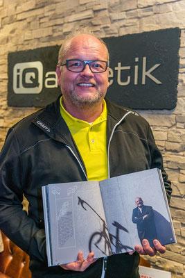 Im Buch, auf der Party und Mitorganisator: Erhard Sobeck von Hansen Werbetechnik