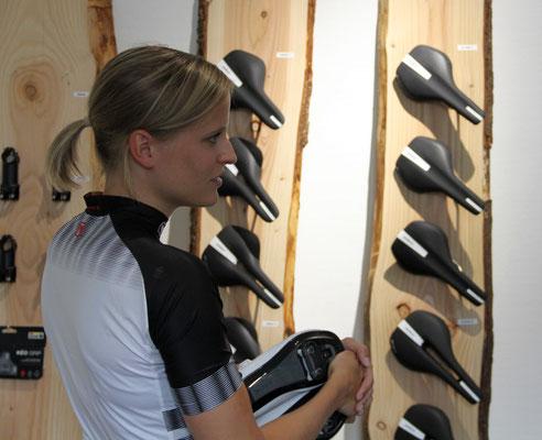 Augen auf bei der Wahl des Sattels. Dieser muss zur Anatomie der Radsportlerin oder des Radsportlers passen. Nur wenn der Sattel zum Gesäß passt, macht Radfahren auf Dauer Freude!