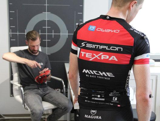 Nachjustieren beim Bikefitting: nach dem Messen muss immer wieder geschraubt werden, bis die optimale Sitzposition auf dem Rad gefunden ist