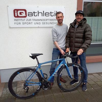 Sebastian Mühlenhoff von iQ athletik, der Ironman-Weltmeister Patrick Lange und sein schnelles Arbeitsgerät von Canyon