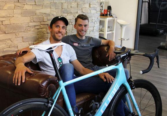 Einfach besser sitzen: Hanno Rieping (Team Strassacker) und Bikefitter Tobias Ohlenschläger vor dem Fitting auf der kultigen iQ athletik Couch im Alten Bahnhof Frankfurt-Rödelheim