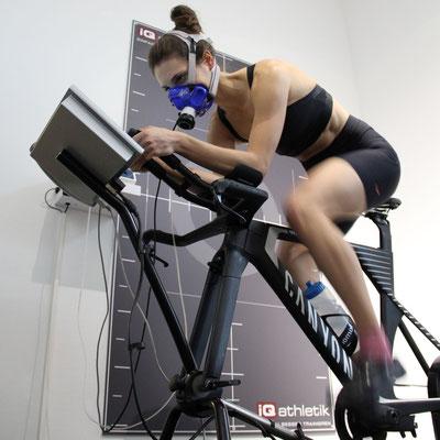 Julia Lange bei der Leistungsdiagnostik auf dem Fahrradergometer