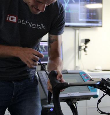 """Dem 3D-Motion Capture-Verfahren zur Bewegungsanalyse folgt die schrittweise Einstellung des Fahrrades (""""Schrauben"""") und das Optimieren der Sitzposition"""