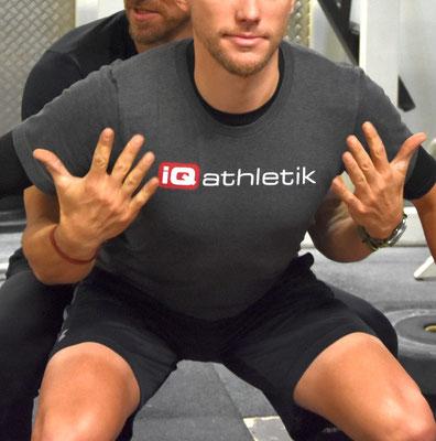 Andreas zeigt zusammen mit Tobi, worauf es beim Ausführen der Kniebeuge ankommt