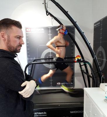 Sebastian Mühlenhoff von iQ athletik hat alle Messwerte fest im Blick, während Patrick Lange auch bei hohem Tempo eine herausragende Lauftechnik zeigt