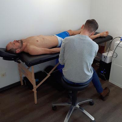 Mittels einer Bioelektrischen Impedanz Analyse (BIA) wird die Körperzusammensetzung untersucht