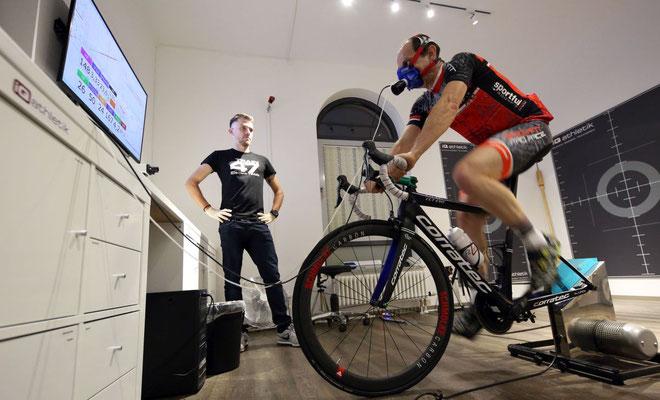 Alles im Blick: Tobias Ohlenschläger von iQ athletik überwacht die Leistungsdiagnostik mit Bernd Hornetz.