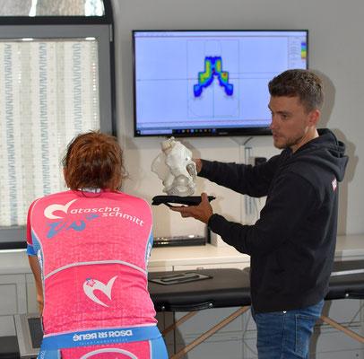 Der iQ athletik Bikefitter Tobias Ohlenschläger erklärt anhand eines Beckenmodells, warum ein Sattel zur individuellen Anatomie passen muss.