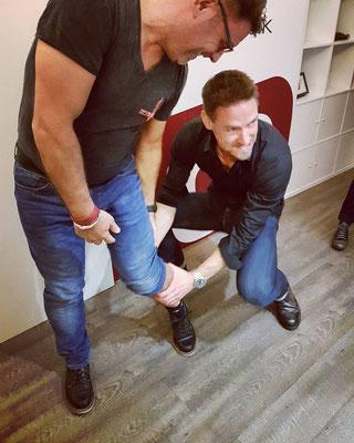 Andreas von iQ athletik verstaucht sich den Daumen beim Umfangmessen der Waden des Ex-Footballspieler Michael Mock :)