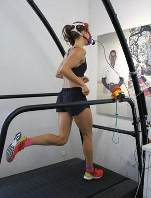 Sportlerin bei einer Spiroergometrie auf dem Laufband