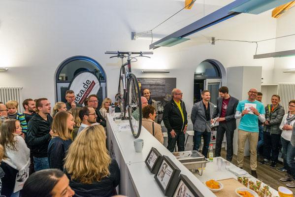 Erhard Sobeck (Hansen Werbetechnik), Andreas Wagner (iQ athletik), Rudolf Blaha (Illustrator) und Rainer Kraus (Fotograf) halten eine kurze Ansprache mit viel Humor