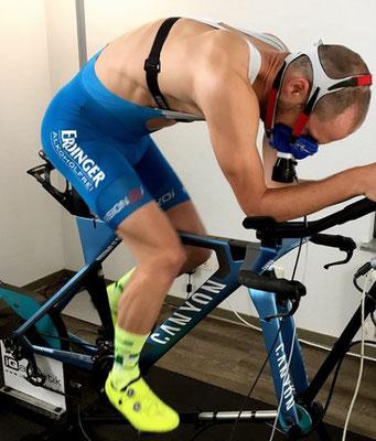 Patrick Lange bei der Spiroergometrie mit Laktatdiagnostik auf dem Hochleistungs-Fahrradergometer