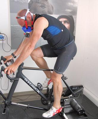 """Kai Hundertmarck, der ehemalige Sieger des Radklassiker """"Rund um den Henninger Turm"""",  bei der Leistungsdiagnostik im Trainingsinstitut iQ athletik"""