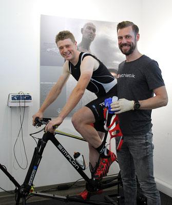 Der Elite-Mountainbiker Fabian Ziegler und der Leistungsdiagnostiker Sebastian Mühlenhoff von iQ athletik