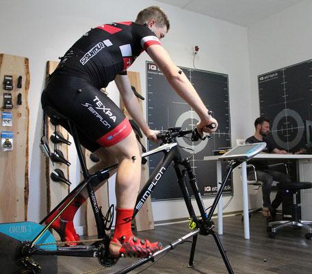 Währen der Radfahrer in die Pedale tritt, analysiert der Bikefitter die Tretbewegung und Haltung auf dem Fahrrad
