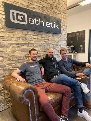 Auf der iQ athletik Couch: Diagnostikexperte und Datenanalytiker Sebastian Mühlenhoff, Ironman-Doppelweltmeister Patrick Lange, Trainer Björn Geesmann