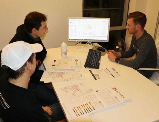 Der Trainings- und Diagnostikexperte Sebastian Mühlenhoff von iQ athletik erklärt ausführlich die Ergebnisse der Leistungsdiagnostik und die individuell optimalen Trainingszonen.