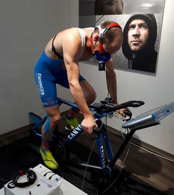 Unter den Augen von Jens Zemke gibt Patrick auf dem Fahrrad sein Bestes
