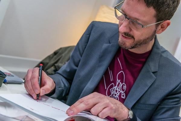 Der Illustrator Rudolf Blaha gibt Autogramme