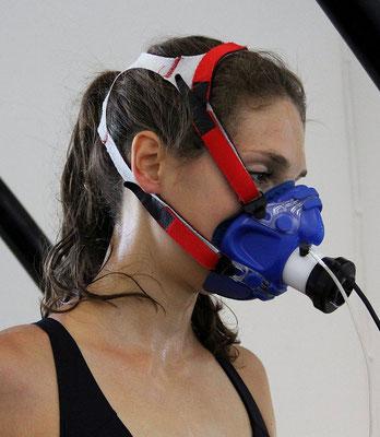 Bei der Siproergometrie ist keine Blutentnahme nötig. Über eine Maske wird die Atmung gemessen