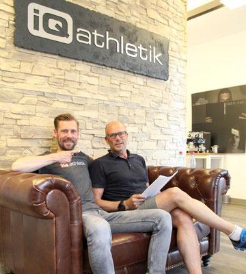 Leistungsdiagnostiker Sebastian Mühlenhoff von iQ athletik und der ehemalige Rad- und Triathlonprofi Kai Hundertmarck im Trainingsinstitut iQ athletik