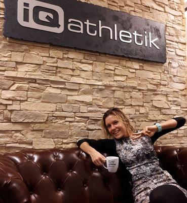 Nach getaner Arbeit: Annika Zimmermann auf der kultigen Couch bei iQ athletik