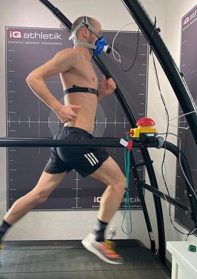 Der Triathlet und zweifache Ironman-Weltmeister Patrick Lange bei der Leistungsdiagnostik auf dem Laufband