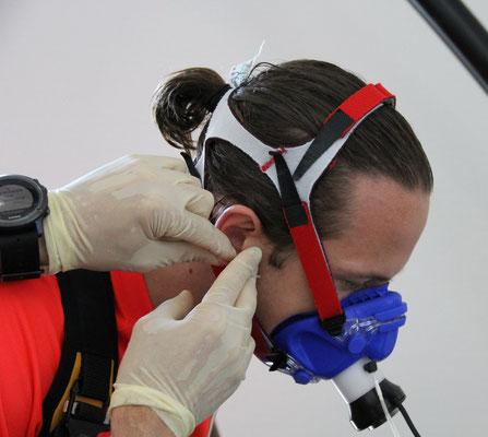 Entnahme eines Buttropfen am Ohr für die Laktatdiagnostik bei einem Spieler des SV Wehen Wiesbaden