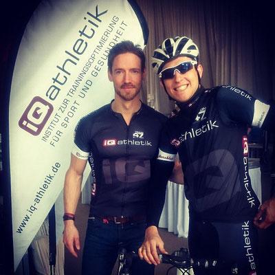 Andreas Wagner und Daniel Kilb von iQ athletik bei der Ausgabe der Startunterlagen zum Rennen