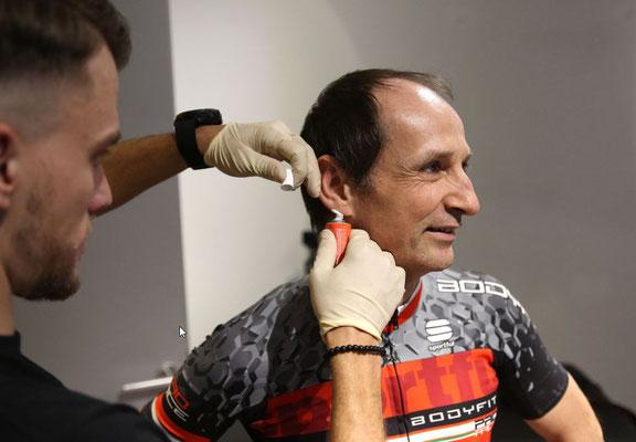 Bevor es für Bernd los geht, bekommt er auf die Ohren: eine durchblutungsfördernde Salbe für die spätere Blutabnahme am Ohrläppchen.
