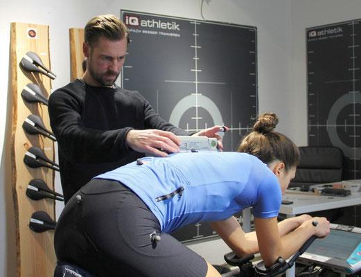 Überprüfen der Rückenlinie und Positionsstabilität beim Bikefitting