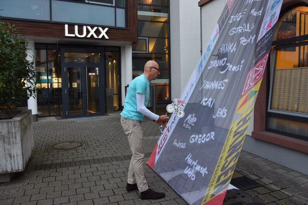 Die Außenfassade wurde wurde zur spielerischen Rennstrecke (Vielen Dank an Hansen Werbetechnik!)