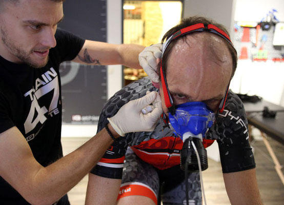 Bernd mit Spiromaske und Blutabnahme am Ohrläppchen.
