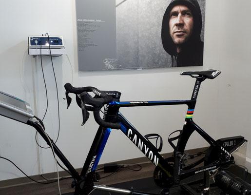 Ready to rumble: das Weltmeisterrad ist bereit für die Leistungsdiagnostik - unter dem motivierenden Blick von Jens Voigt