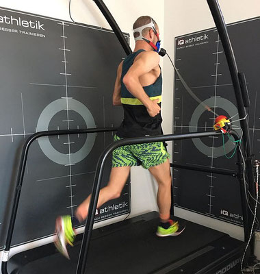 Patrick Lange bei der Spiroergometrie auf dem Laufband