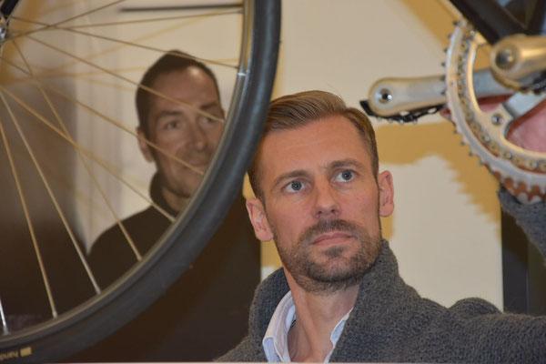 Radfahrer im Profil: Sebastian Mühlenhoff (Mitbegründer von iQ athletik) und Erik Zabel (Teil der Bilderausstellung)