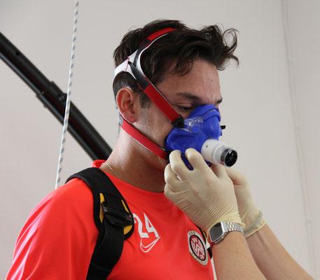 Vorbereitungen zur Spiroergometrie auf dem Laufband mit einem Spieler des SVWW