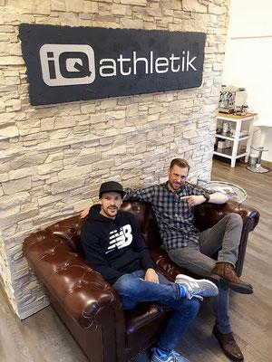 Nach getaner Arbeit: Der Top-Triathlet Patrick Lange (links) und der Diagnostikexperte Sebastian Mühlenhoff auf der kultigen iQ athletik Couch