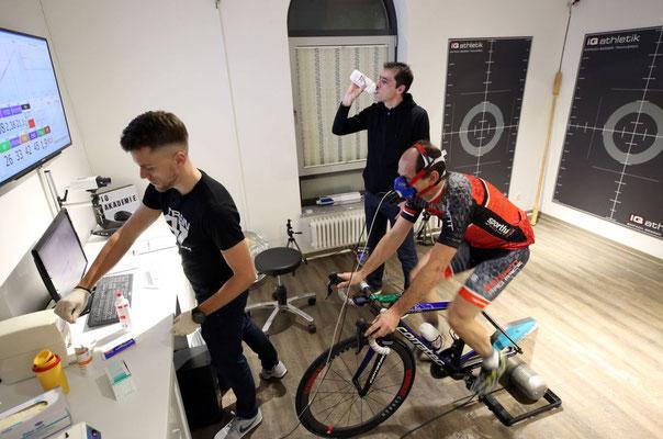 Diagnostiker Tobias Ohlenschläger von iQ athletik mit Bernd Hornetz und Vereinskollege Alexej.