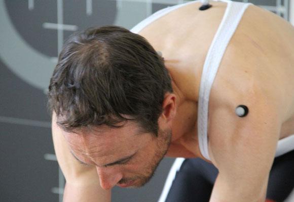 Die Analyse der Körperbewegungen und Winkel erfolgt dynamisch während dem Treten mit verschiedenen Griffpositionen am Lenker