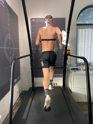 Läuft! Patrick Lange auf dem Laufband im Trainingsinstitut iQ athletik