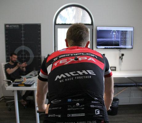 Während sich der Sportler beim 3D-Bikefitting als visualisiertes Skelett-Modell auf dem Fahrrad in Echtzeit in die Pedale treten sieht, erklärt der Bikefitter die Veränderungen an der Radeinstellung