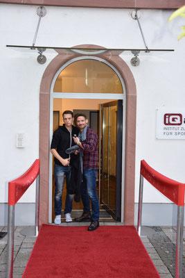 Daniel Kilb und Andreas Wagner von iQ athletik - noch in Arbeitsbekleidung; nach den Dekoarbeiten und vor der Veranstaltung