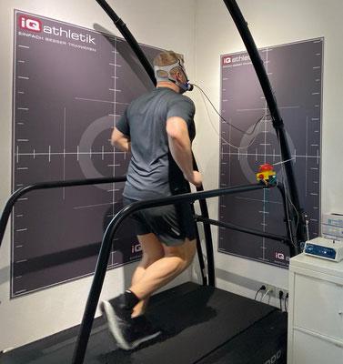 Der Fitnessblogger Flooorrriii auf dem Laufband im Frankfurter Trainingsinstitut iQ athletik
