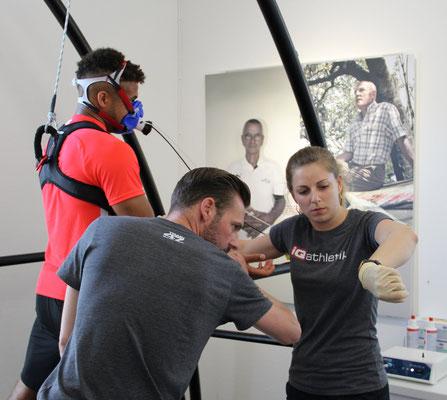 Spieler des SV Wehen Wiesbaden und das Team von iQ athletik bei der Leistungsdiagnostik