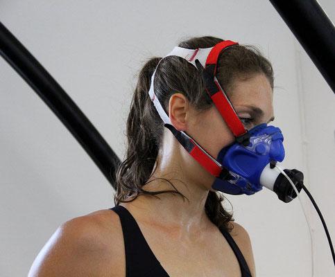 Ready to rumble: Julia Lange trägt die Atemmaske für die Spiroergometrie im Trainingsinstitut iQ athletik