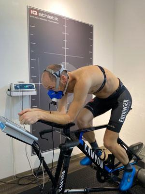 Der Ironman-Doppelweltmeister Patrick Lange bei der Leistungsdiagnostik auf dem Fahrradergometer